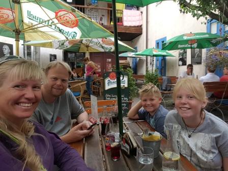 En selfie skal jo også tages. Her er vi på en restaurant til frokost i byen Jicin. Det var selvfølgelig både billigt og godt. Hundene var naturligvis med :-)